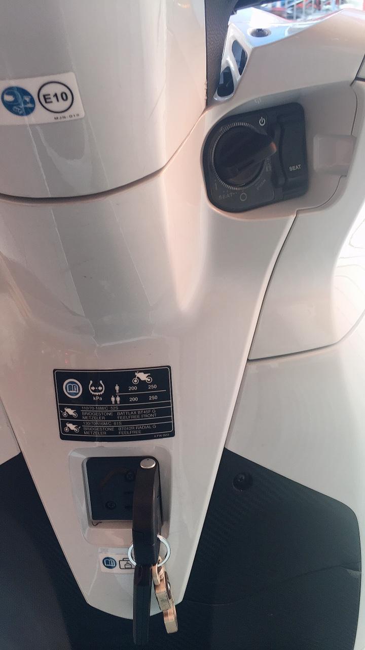 SH300i , màu Trắng , ĐK 8/2018 , Xe chạy 3000km , bao zin 100% + bao test .
